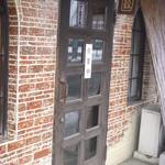 24304372 - 看板といえばドア上に小さなもののみ