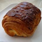 24321237 - パリパリ繊細な層が重なるパン・オ・ショコラ170円
