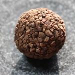 ダリケー - ラジャ(ローストしたカカオ豆を丸ごと一粒…周りはカカオニブでコーティング)