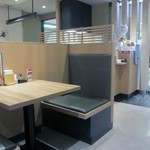 七菜彩 - 明るい店内はカウンター席とテーブル席、夜は居酒屋にもなるみたいです。