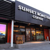 SUNSET ROASTER COFFEE - 外観写真:黒い外観に、赤と白の柱がアクセント。