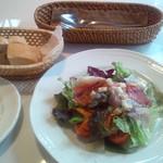 OPIUM - サラダとパン