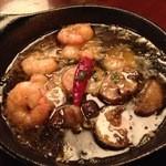 カフェ ラ・ボエム - 小エビとマッシュルームのアヒージョ