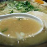 麺匠 桂邸 - 1-4)味玉入り 濃厚 鶏骨醤油らーめん(850円)のスープ