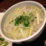 HOI - ランチの黄ニラと蒸し鶏そば(塩味)と炒飯(1,000円)炒飯などの付属物はHOIラーメンのセットと同じです。2014年2月。