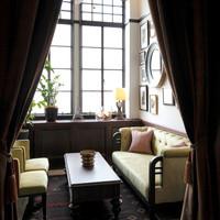 カーテンで仕切れる半個室のソファスペース