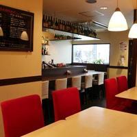 イタリア食堂 バール エノテカ - 明るいお洒落な店内で、ごゆっくりとお寛ぎ下さい。
