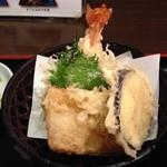 そば処 善作家 - セットでついてきた天ぷら。揚げたてであることだけが救い。
