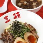 三楠 - つけ麺の「麺」は黄色みを帯びた冷たい細麺。魚介出汁がほんのり効いた醤油ベースのつけ汁で。