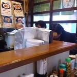 ずぼら - ずぼら @池袋 1階店内は厨房を囲む狭いL字型カウンター実質7席