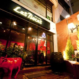 赤×黒の落ち着いた雰囲気の中で、上質のディナーをご提供します