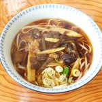 駅前食堂 - 料理写真:稲庭うどん(¥900)。具はシンプルに山菜きのこ、流麗なうどんの味わいを堪能した!