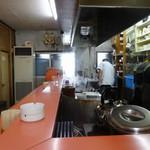 上海軒 - L字型カウンターこの場所から見る調理が素晴らしい