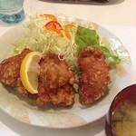 冨士ランチ - ミニとりからあげ定食を、ご飯と付け合わせのナポヌキで。とりからでかっ!これでミニってw