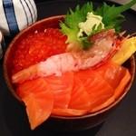 三角市場 - 小樽着いてさっそくお好み海鮮丼! これで1500円! 海鮮汁もサービスしてくれました( *`ω´)