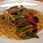 マンマパスタ - サルシッチャとごろごろ野菜のトマトパスタ