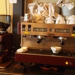 トラットリア バビバビ - エスプレッソマシン コーヒー豆は1杯ずつ挽き立てです