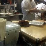 銀座亭 - 軽快に動く厨房のおじさんたち