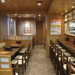 天ぷら食堂 天八 - 清潔感ある落ち着いた店内