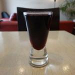 粥麺楽屋 喜々 - サービスの食前酒・赤ワイン