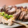 Uraakihabara - 料理写真:【名物】紅ふじ鶏の炭火焼鳥/山梨や静岡の契約農家から仕入れる「紅ふじ鶏」。ワイン粕を配合した特別な飼料で育てられ、甘味のある柔らかな肉質が特長。朝締めの新鮮なものだけを使用し、「表面はパリッと、なかはフワッと」した焼き上がりを追求している。おすすめは、合鴨を加えてより旨味を濃厚にした「つくね」と「皮」。