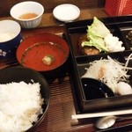 赤丹・小料理屋 - ランチ(500円) ハンバーグと刺身、茶碗蒸し、お吸い物、食後のコーヒー付き