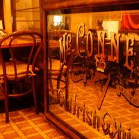 楽屋 - その昔、喫茶店のなごりを残した店内です。
