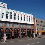 松尾ジンギスカン 滝川本店 - 駐車場から撮ってます。見た瞬間に、一言、「でっかいビルだよ~。」ってね。