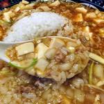 麺屋 忍 - 背脂マーボー麺(玉ねぎトッピング)にライス投入