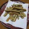 本吉屋 - 料理写真:席に座るとお茶と骨せんべいが。