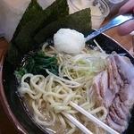 横浜家系ラーメン 町田商店 - たっぷりニンニクを投入