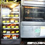 竹松鶏肉店 - 右のロースターで焼いてます