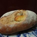 25006947 - クリームチーズとぶどうのパン(350円)