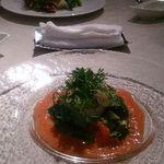 25027908 - 奥が野菜サラダ・手前がイカのカルパッチョ