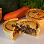 ジェリーズパイ - 野菜&ミンチ  ひき肉と玉ねぎに、にんにくを加えて醤油ベースでニンジン・カリフラワーブロッコリーと煮込みました