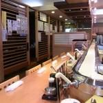 寿司居酒屋 日本海 - カウンターとテーブル席から店内はなります