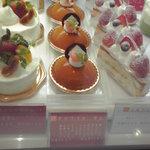 プリエール本店 - ショーケースの中のケーキ