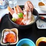 網走海鮮市場 - 海鮮丼 2500円 手前はウニの和えもの