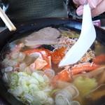 網走海鮮市場 - カニラーメンの底にはイクラが結構沈んでます