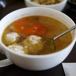 琳 - 定食のスープ。魚のすり身、大根、人参など具だくさん