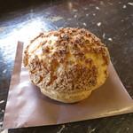 パティスリー 麓 - 塩麹のシュークリーム、皮はクッキー生地も入っており、サクサク美味しい!