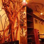 The World Kitchen - 店内の至る所にはりめぐらされた木