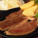 ステーキハウス 武蔵野 - ランチの鉄板焼き(840円)。ニンニクがきいたソースを吸い込んだ大根おろしをたっぷりかけていただきました