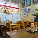 沖縄宝島 にらい  - レイアウトの狭いテーブル席