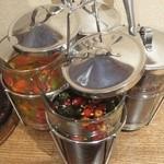 アジアンスマイル - ナンプラーや酢や辛子などの調味料