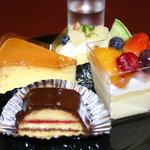 アスター - 2皿目 手前 チョコケーキ、 ぷるぷるバニラムース