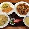 中華料理 アモイ - 料理写真:気になってた『中華料理 アモイ』を初訪問。スタッフが中国人とは聞いてたけど、客にも中国人がいて驚いた(笑)。チャーハンとトリ天がセットになった「炒め物Bセット(850円)」をオーダー。