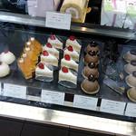 銀座近江屋洋菓子店 - いろんなケーキが並んでいます。