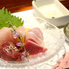 北新地 雄翔 - 料理写真:鮮度抜群の鶏刺し。甘め(九州)の醤油かオリジナルブレンド塩でどうぞ。
