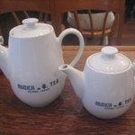 ティーハウス ムジカ - 左が紅茶、右がさし湯のポット